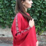 Červený sveter s kamienkami